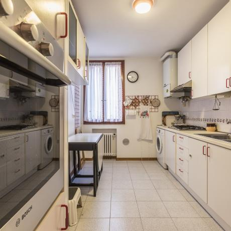 The fully equipped kitchen at Santa Maria Formosa apartment