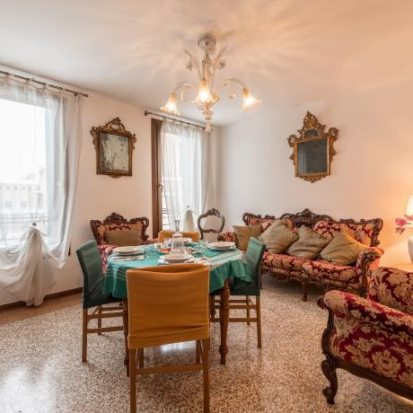 The colourful living room with view over the Grand Canal at Rialto Mercato apartment