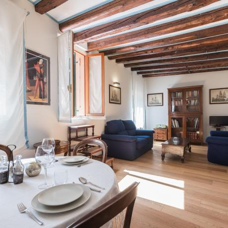 The sunny living room at Calle Sacrestia apartment, close to Saint-Mark's square