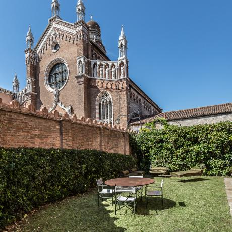 Enjoy the sight of Madonna dell'Orto church from your garden at Cannaregio garden apartment