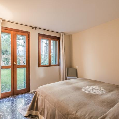The quiet and sunny master bedroom at Ca' del Redentore apartment