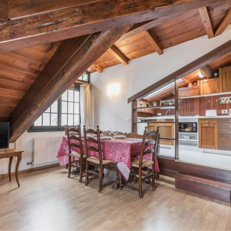 A sunny penthouse with wooden beams in the heart of Dorsoduro!